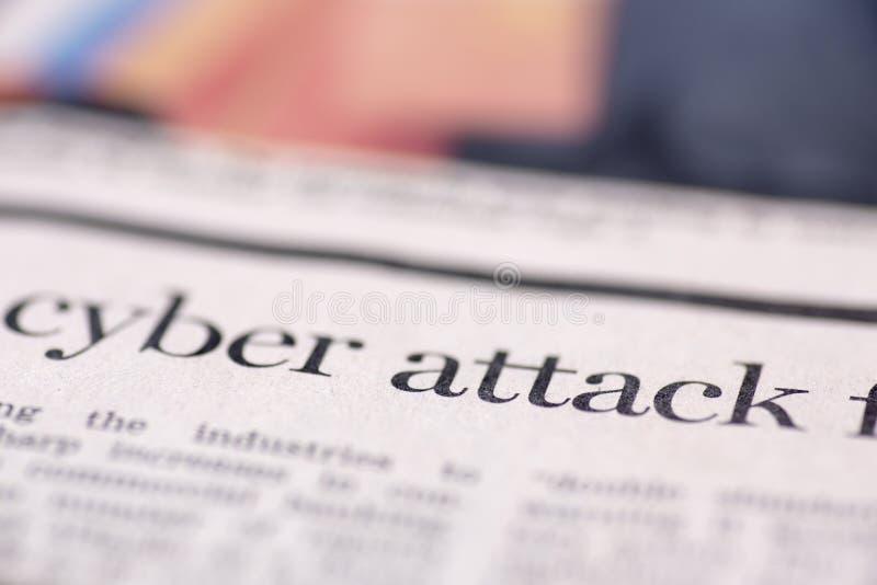 Schriftliche Zeitung des Cyber Angriff lizenzfreies stockbild