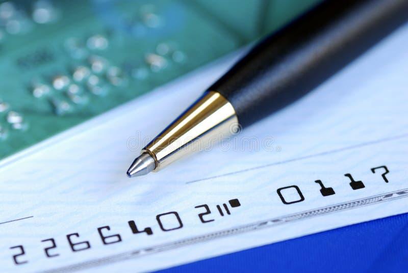 Schrijf een controle om de creditcardrekening te betalen royalty-vrije stock afbeelding