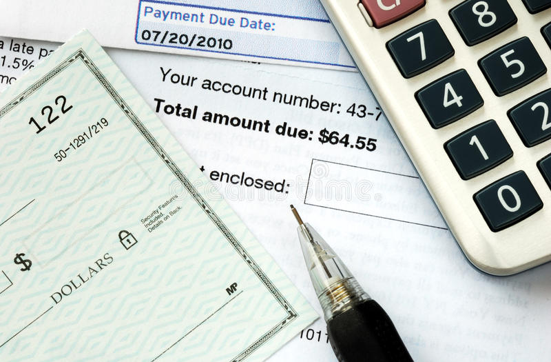 Schrijf een controle om de rekeningen te betalen stock foto