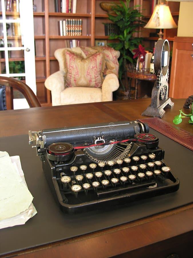 Schrijfmachine in Bureau royalty-vrije stock fotografie