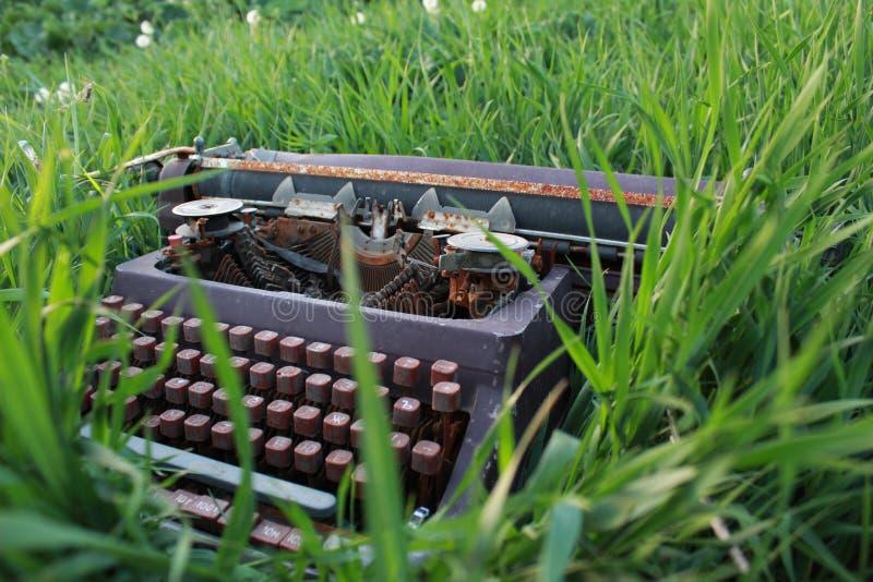 Schrijfmachine in groen retro gras royalty-vrije stock foto's