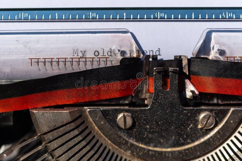 Schrijfmachine met een blad en de tekst Mijn oude vriend stock fotografie