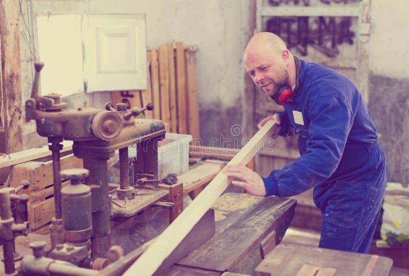 Schrijnwerker op draaibank in werkruimte stock afbeeldingen