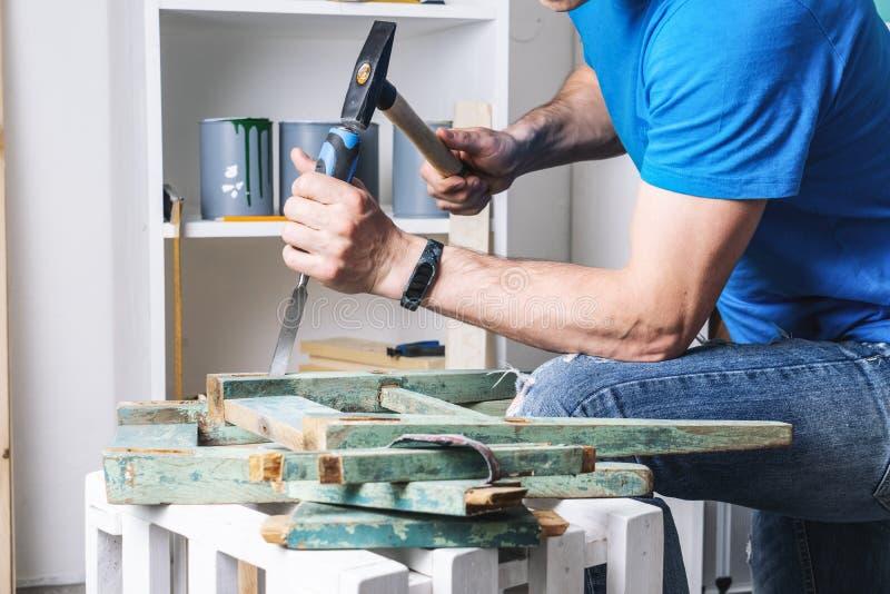Schrijnwerkerij: de meubilairmeester herstelt de oude, dilapidated kruk Close-up van een man hand stock fotografie