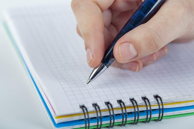 Schrijvend brief aan somebody wie voor u zo speciaal is, voel liefde, liefde somebody stock foto's