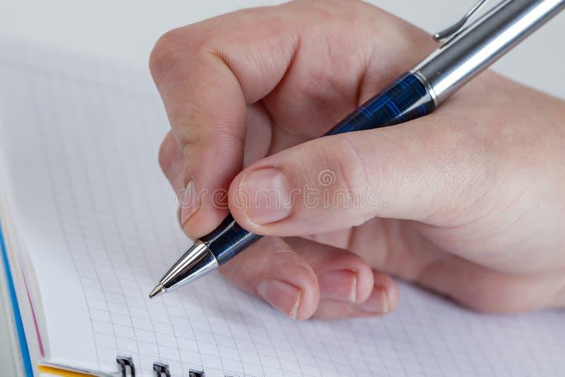 Schrijvend brief aan somebody wie voor u zo speciaal is, voel liefde, liefde somebody royalty-vrije stock fotografie