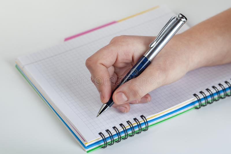 Schrijvend brief aan somebody wie voor u zo speciaal is, voel liefde, liefde somebody stock afbeelding