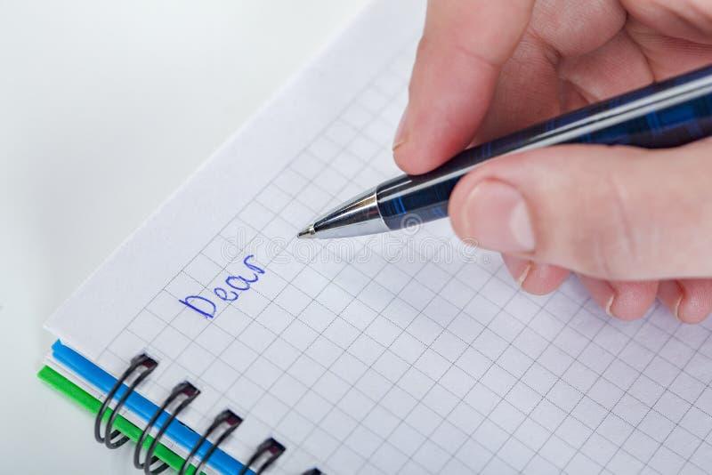 Schrijvend brief aan somebody wie voor u zo speciaal is, voel liefde, liefde somebody royalty-vrije stock afbeelding