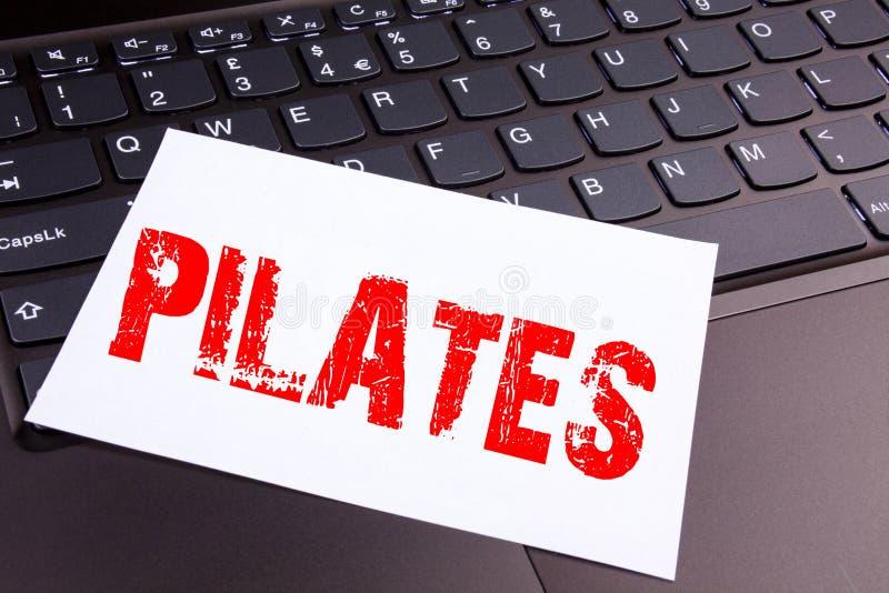 Schrijvend Pilates-tekst in het bureauclose-up wordt gemaakt op laptop computertoetsenbord dat Bedrijfsconcept voor de Training E stock afbeeldingen