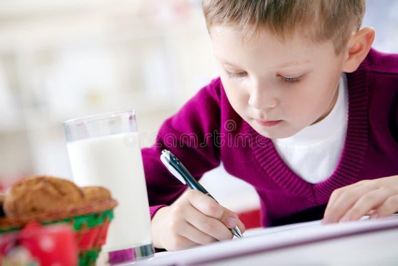 Schrijvende jongen stock foto