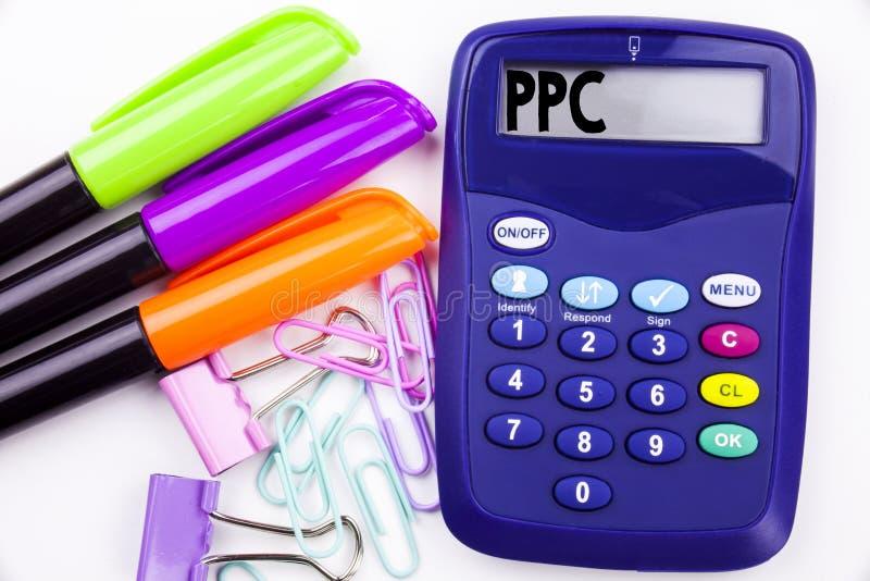 Schrijvende woordppc - betaal per Kliktekst in het bureau met omgeving zoals teller, pen die op calculator schrijven Bedrijfs con stock foto's