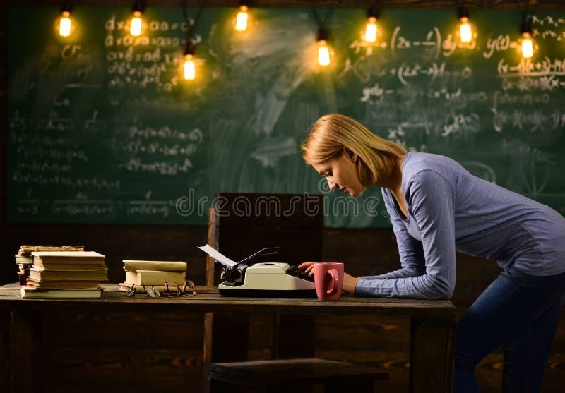 Schrijver op het werk vrouwenschrijver het typen op oude schrijfmachine in school royalty-vrije stock fotografie