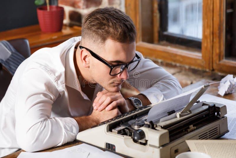 Schrijver Sitting And Thinking over Nieuw Hoofdstuk van Zijn Boek royalty-vrije stock afbeelding