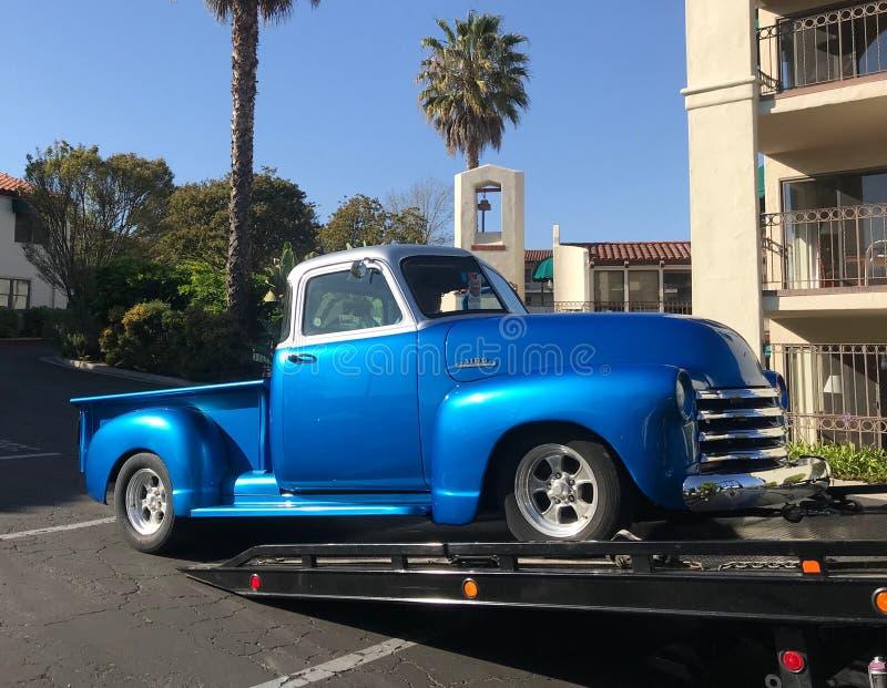 Schrijver uit de klassieke oudheid 1953 blauw Chevy Truck op een flatbed slepenvrachtwagen royalty-vrije stock afbeelding
