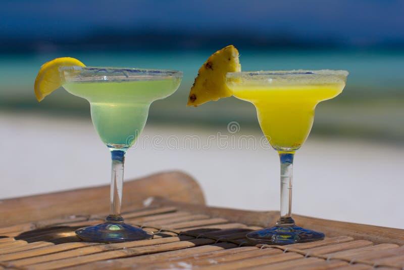 Schrijver uit de klassieke oudheid en ananas de cocktails van Margarita bij royalty-vrije stock afbeelding
