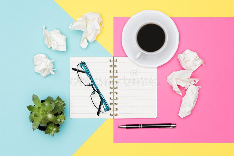 SCHRIJVERS` S BLOK Ideeën, brainstorming, creativiteit, verbeelding, uiterste termijn, frustratieconcept Hoogste meningsfoto van  royalty-vrije stock foto