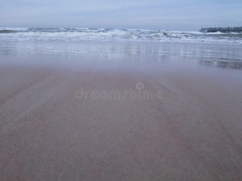 Schritt für Schritt zum Strand nahe dem Meer lizenzfreie stockfotografie