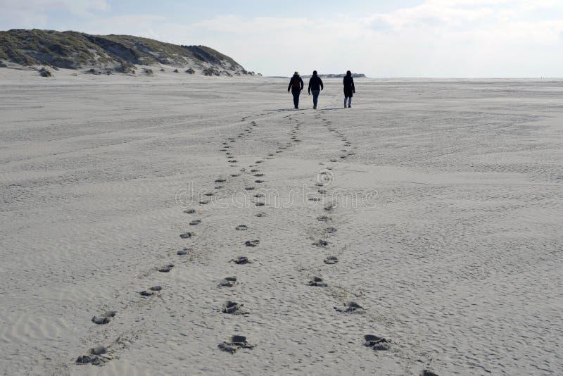 Schritte auf dem Strand lizenzfreies stockbild