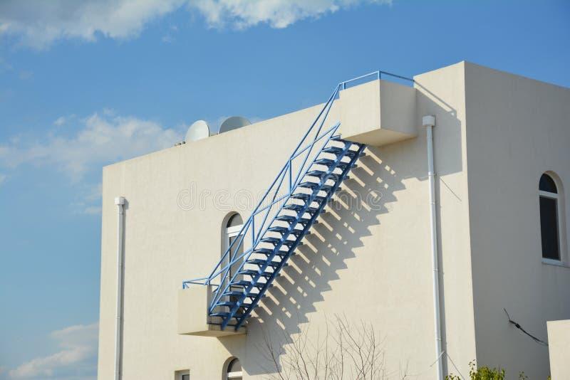 Schritte auf flacher Dachspitze draußen Modernes Haus mit Außenleiter vom Balkon zum Dach und geschlossenen zum Regengossensystem stockfotos