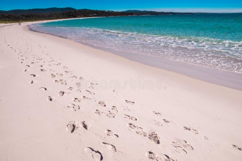Schritte an der Bucht von Feuern setzen, Tasmanien auf den Strand stockfotos