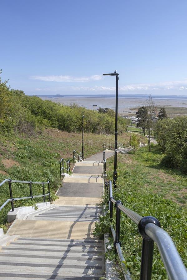 Schritte, die unten zu die Station, Leigh-auf-Meer, Essex, England f?hren lizenzfreie stockfotos