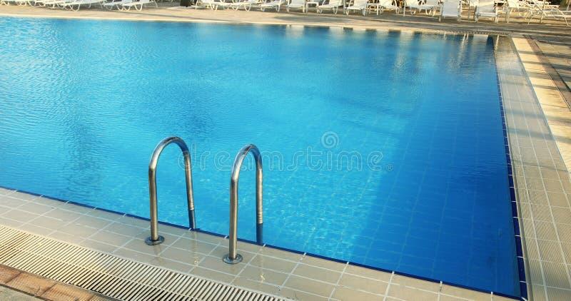 Schritte im Pool des blauen Wassers stockfoto