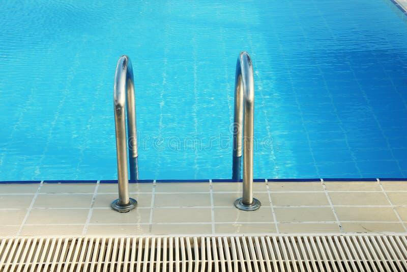 Schritte im Pool des blauen Wassers stockfotografie