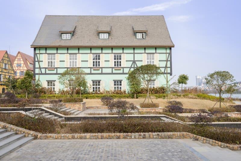 Schritte und Wege vor exotischen Gebäuden in sonnigem Winter afternoo lizenzfreies stockfoto