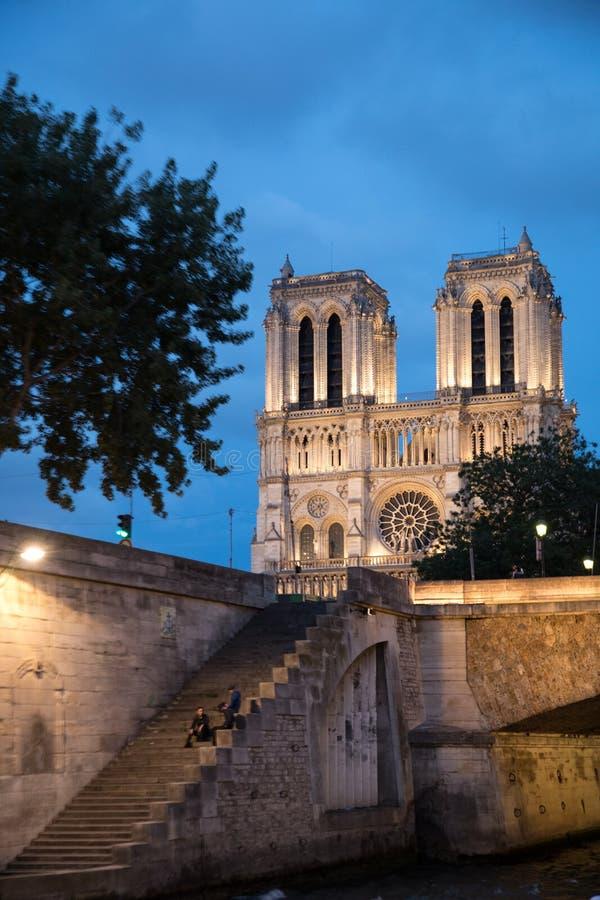 Schritte, welche die Weise zu Notre Dame Cathedral führen stockbilder