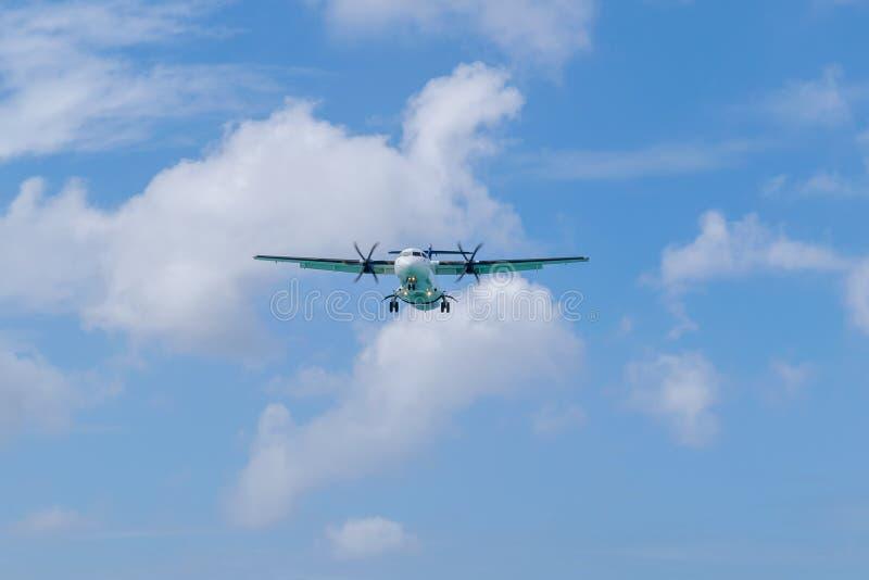 Schroefturbine aangedreven vliegtuigen met wielen die neer voorbereidingen treffen te landen royalty-vrije stock afbeeldingen