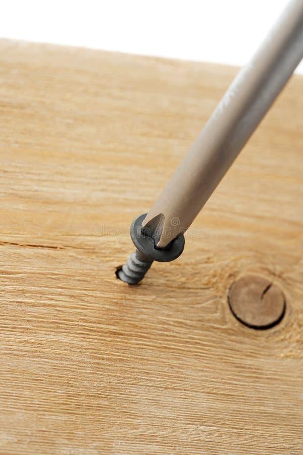 schroevedraaier aan een hout royalty-vrije stock afbeelding