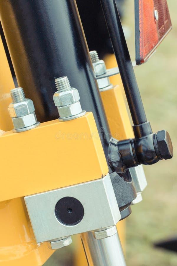 Schroeven, bouten en zuiger of actuator als deel van machines, technologie en techniekconcept stock afbeeldingen