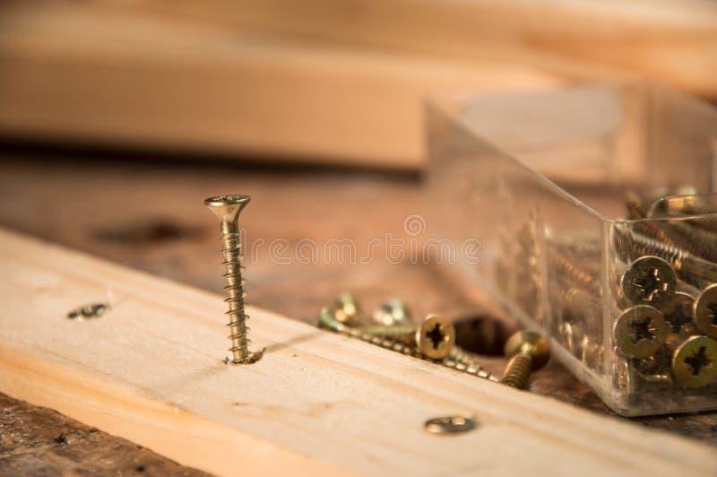 Schroeven in een Raad stock foto's