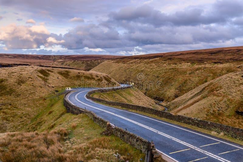 Schroffe Landschaft der kurvenreichen Straße stockfotos