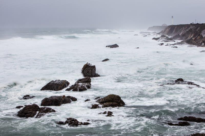 Schroffe Nord-Kalifornien-Küste an den Punkt-Arenas stockbild