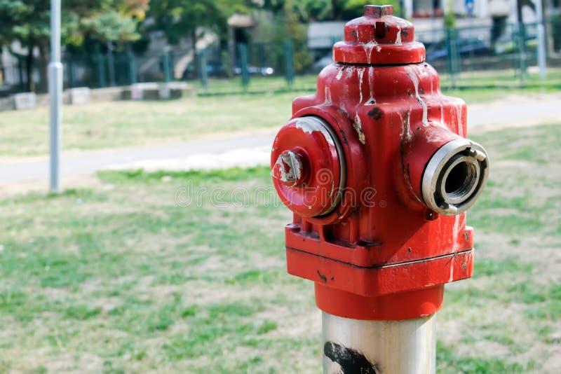 Schroffer alter roter Hydrant lizenzfreie stockfotos