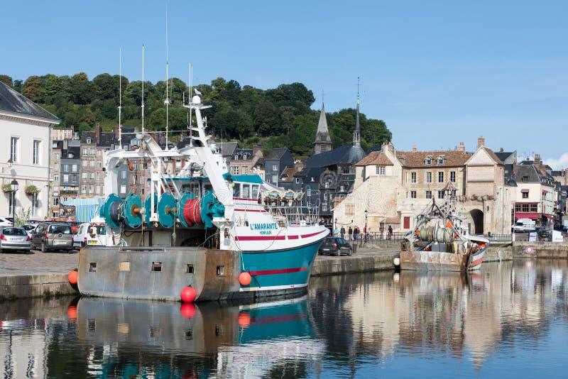 Schronienia historyczny miasto Honfleur z połowów statkami w Francja fotografia royalty free