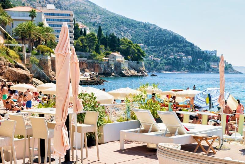 Schronienia i deckchairs na plaży przy Adriatyckim morzem Dubrovnik zdjęcia stock