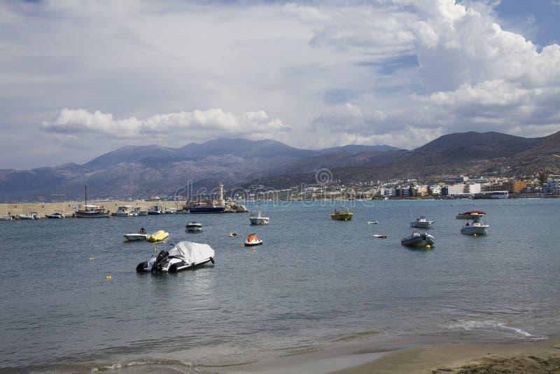Schronienia nabrzeże w Hersonissos, Crete łodzie target1589_1_ port zdjęcie stock