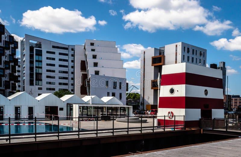 Schronienia skąpanie z wejściowym portalem w czerwonym i białym, w tle tam jest mieszkaniowy i budynku biurowy fotografia stock