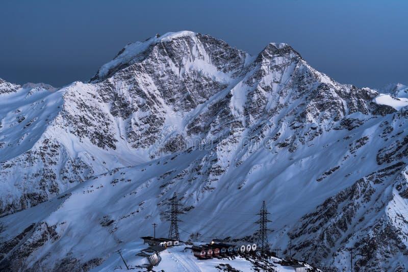 Schronienie baryłki na tle szczyty Donguz-Orun i Tau fotografia stock