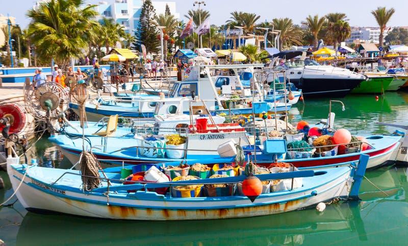 Schronienie blisko Ayia Napa Łodzie rybackie, palmy i turyści, obrazy royalty free