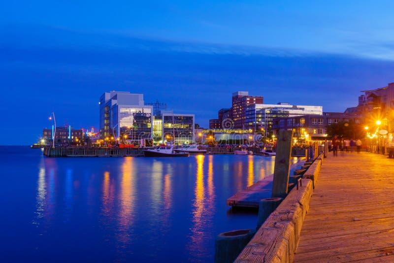 Schronienie i śródmieście przy nocą, w Halifax obraz stock