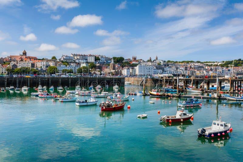 Schronienie i linia horyzontu świętego Peter port Guernsey zdjęcia stock
