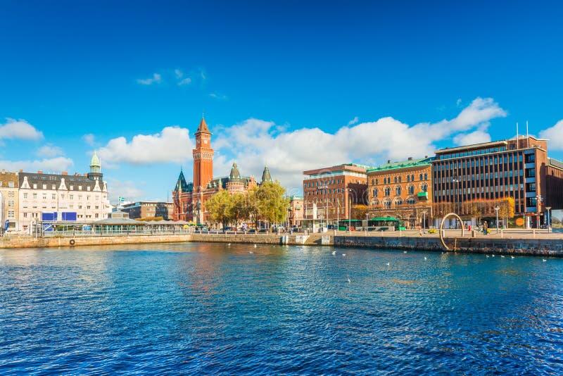 Schronienie w mieście Helsingborg Pejzaż miejski z nowożytnymi i dziejowymi budynkami Szwedzki biedne miasto fotografia royalty free