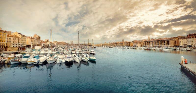 Schronienie z jachtami i łodziami cumującymi w porcie Marseille, Francja zdjęcia royalty free