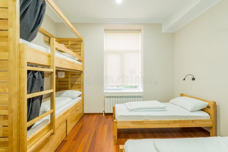 Schroniska dormitorium łóżka układający w pokoju fotografia stock