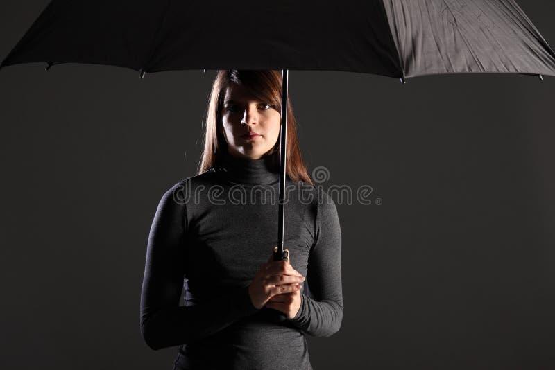 schroniskowy czas kłopotu parasol pod kobietą fotografia royalty free