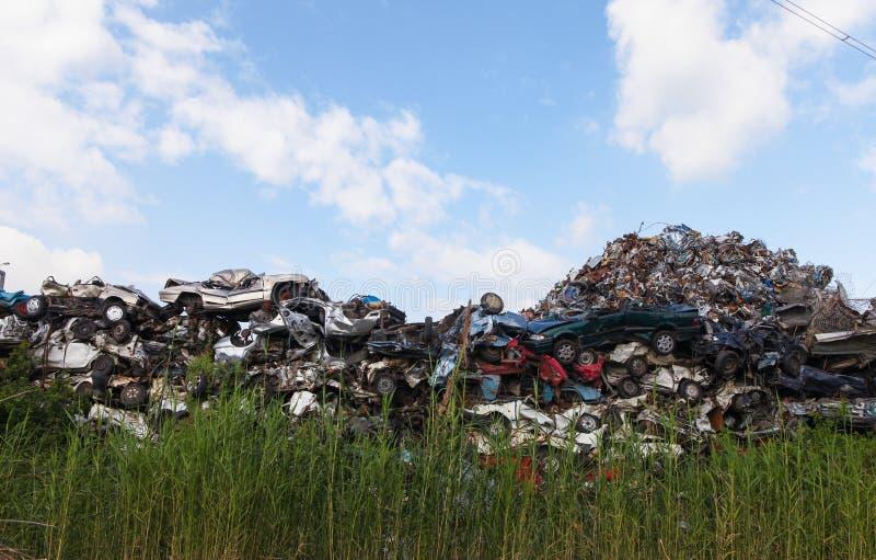 Schrottplatz mit zerquetschten Autos lizenzfreie stockfotografie