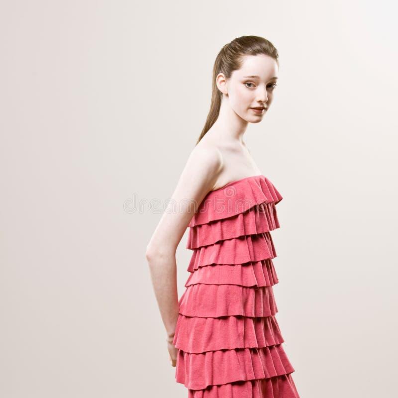 Schuß der stilvollen jungen Frau im frilly roten Kleid lizenzfreie stockbilder